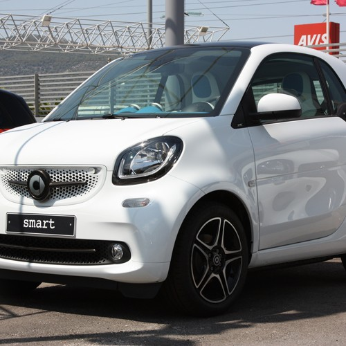 This is the new Smart Fortwo 453 tuned with Carbon kits by Smart Power Design. The Front Grille, the Low Grill Trim Strip Piece and the Side Air Scoop have been installed on it.