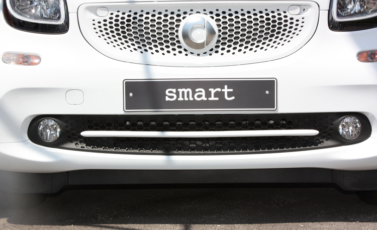 This is the Low Grill Trim, Moon White Metallic color, installed on the new Smart Fortwo 453.