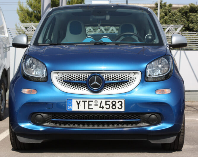This is the new Smart Fortwo 453, in Midnight Blue Metallic Edition. Its front is tuned by Smart Power Design. The Front Grille and the Low Trim Strip Piece have been installed.
