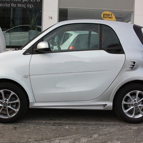 This is the side view of the Fender Flares installed on a Smart Fortwo 453 in Moon White color with Cool Silver Metallic Tridion color.