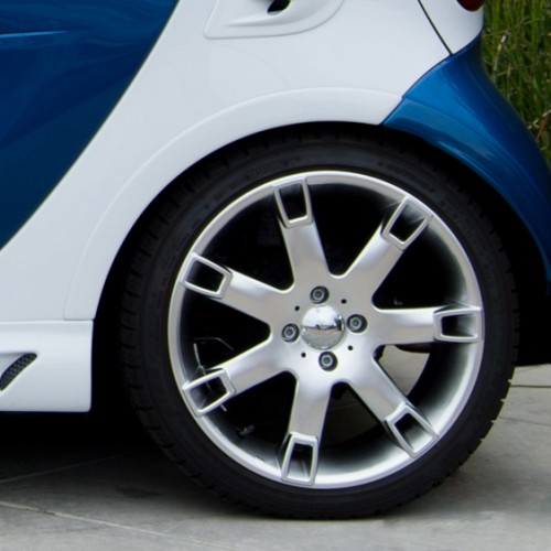 This is the rear ending of the Side Skirts installed on a Smart Fortwo 451, in white color. The Smart Power Design's Fender Flares are also installed.