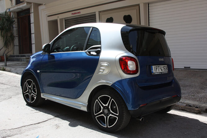 This is the rear side view of a Smart Fortwo 453 with installed the Fender Flares, the Air scoop and the Side Skirts.