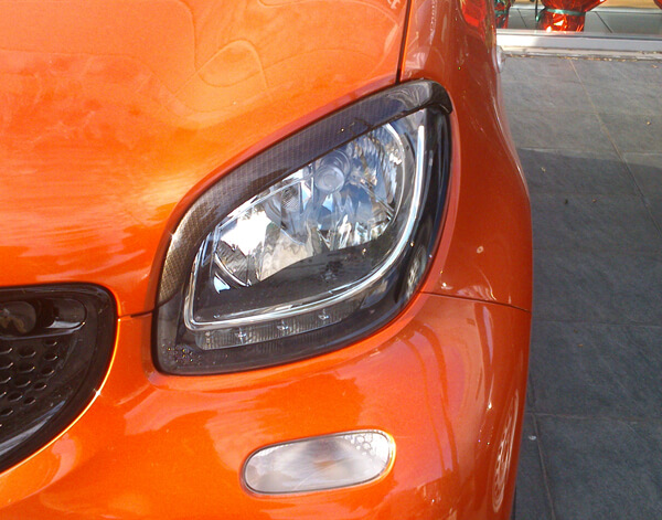 This is the left Headlight's Eyebrow that can be installed on the Smart Fortwo 453, in Look Carbon finish.